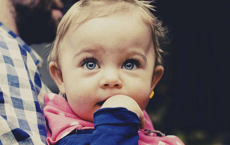 чем помочь ребенку, когда режутся зубки
