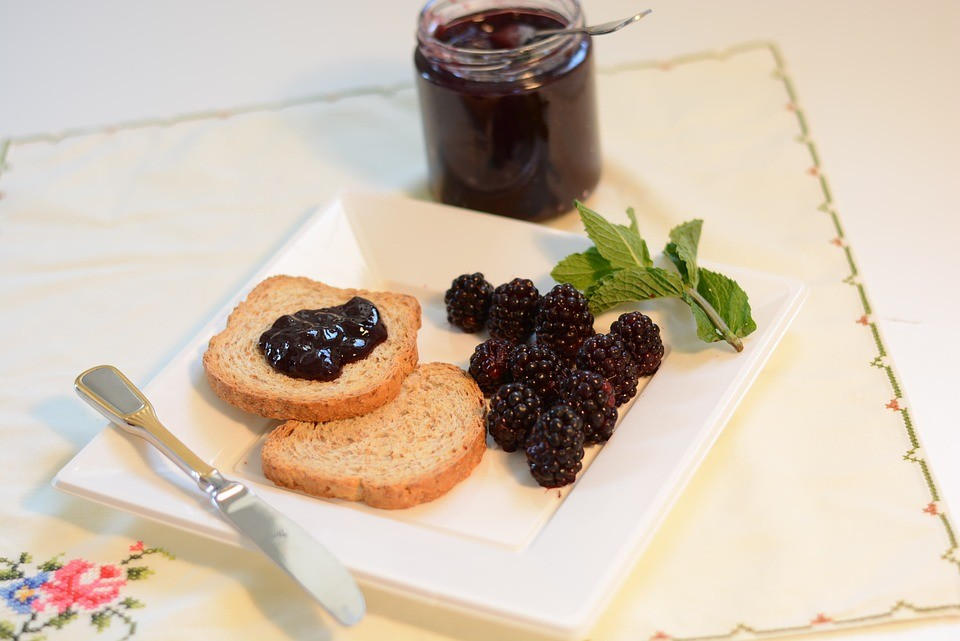Ежевика, протертая с сахаром на зиму: 3 рецепта без варки