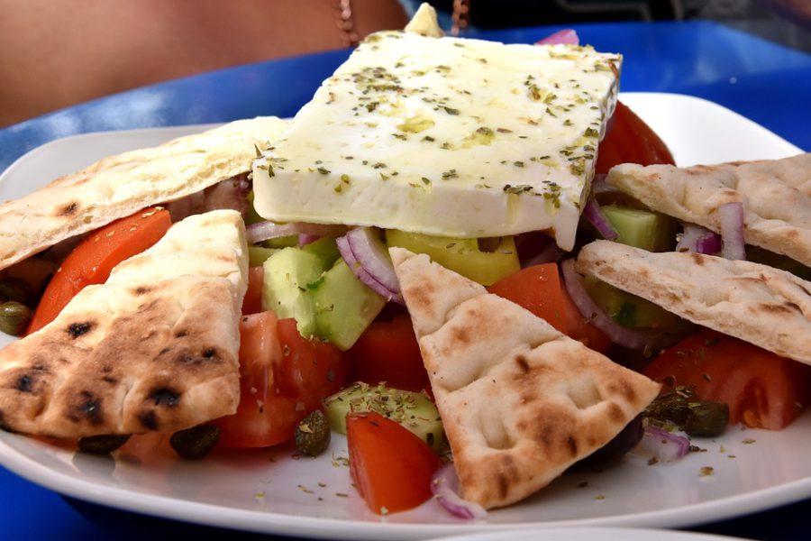 как подают деревенский салат в Греции