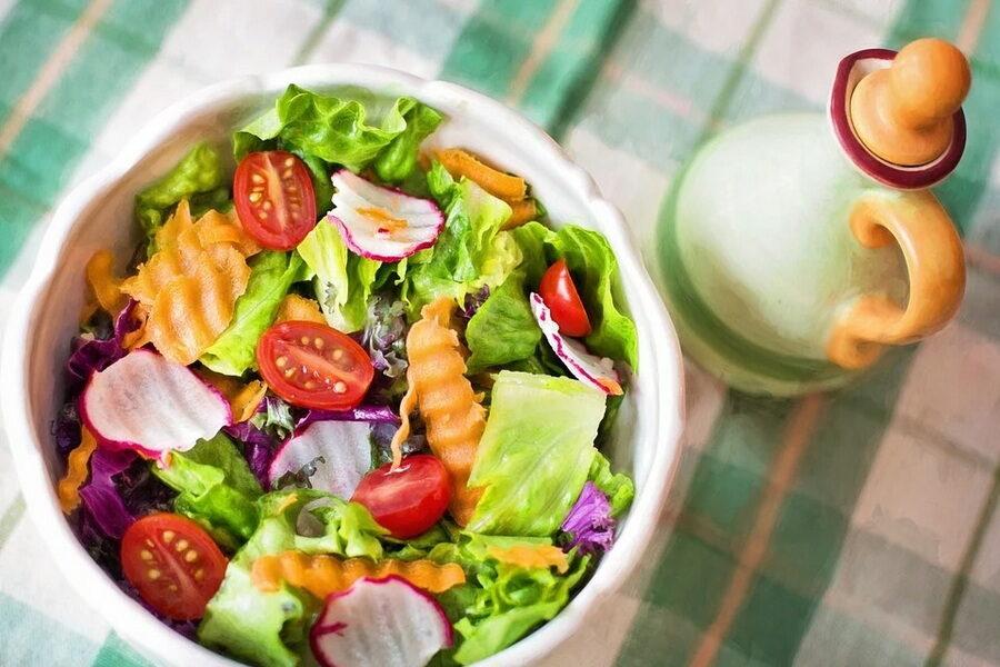 салат из свежих овощей с заправкой