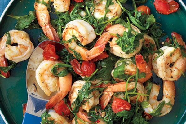 пикантный салат из рукколы, креветок и перца