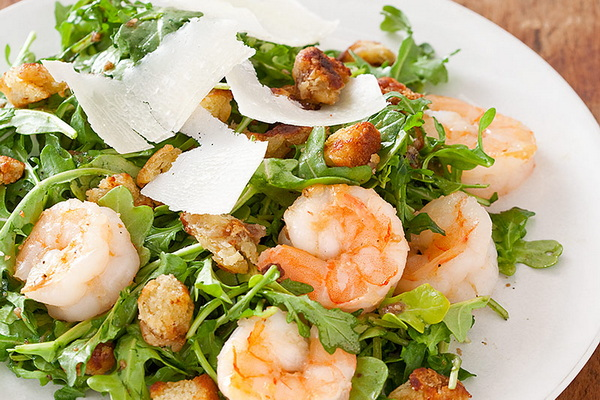 салат из рукколы с креветками, сухариками и пармезаном